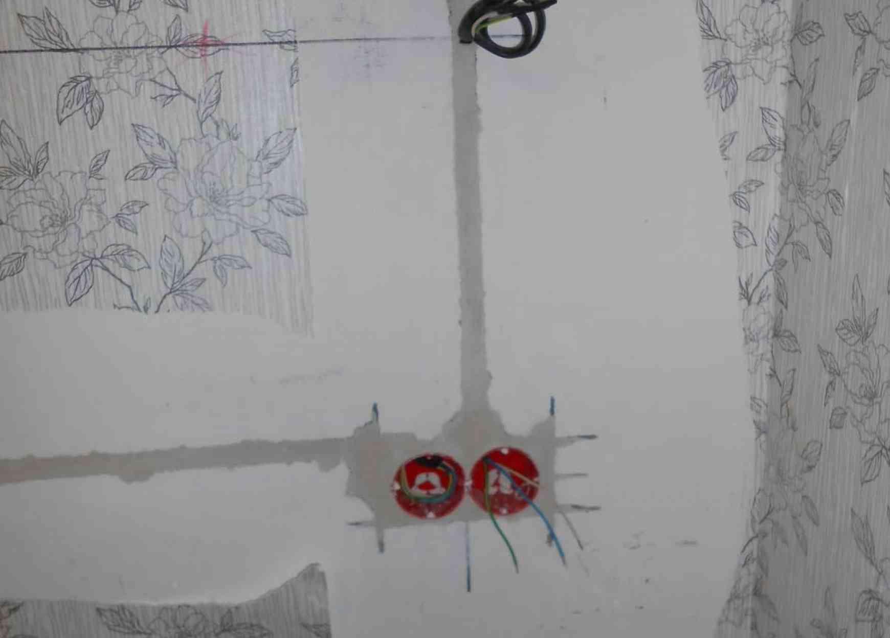 Замазка подрозетника  и кабеля в бетонной стене