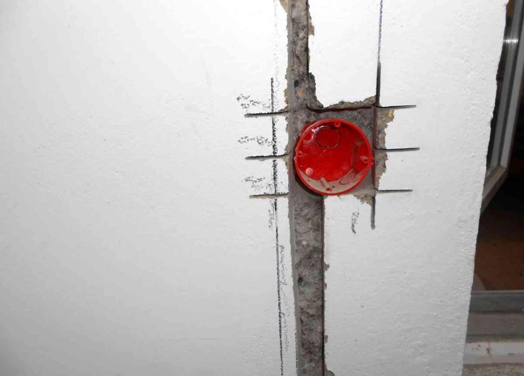 Установка подрозетника в бетонной стене